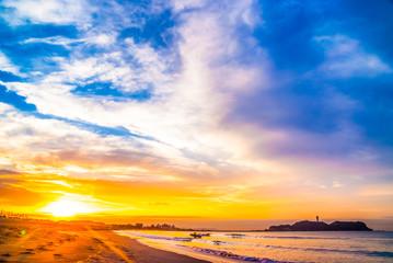 江ノ島の朝日とサーファー