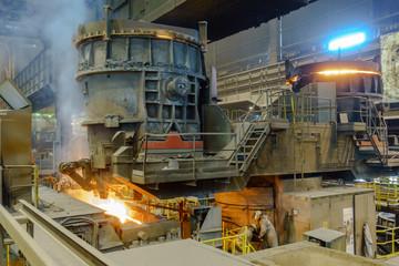 Stahlarbeiter an der Gießpfanne