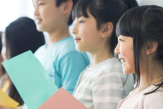 音楽室の授業を受ける小学生