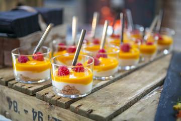 Catering / Nachspeise mit Kuchenteig, Creme und Himbeeren