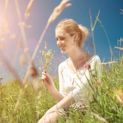 Junge Frau im Sommer
