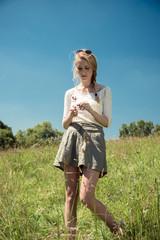 Junge Frau auf einer Wiese im Sommer