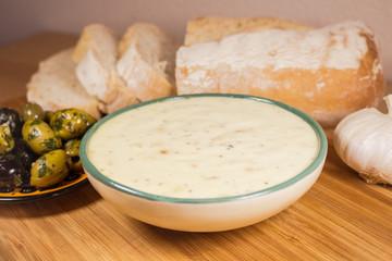 Allioli mit Brot und Oliven