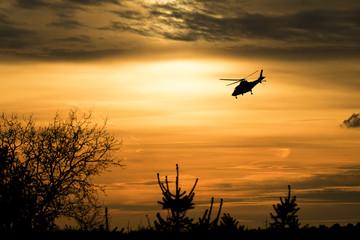 Helikopter vor Abendhimmel
