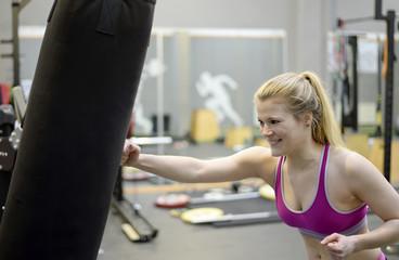 junge Frau boxt