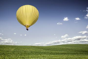 Heißluftballon über Kornfeld
