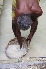 Mann wäscht Edelsteine in Asien
