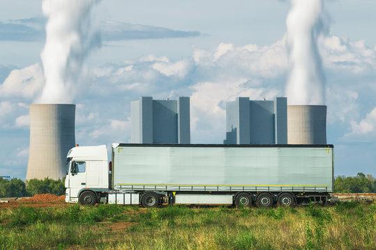 Lastkraftwagen mit Kohlekraftwerk im Hintergrund