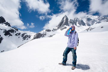 Climber breathing with mini portable oxygen cylinger to avoid and treat Altitude Sickness synptom
