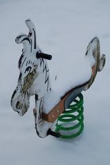 Schaukelpferd im Schnee