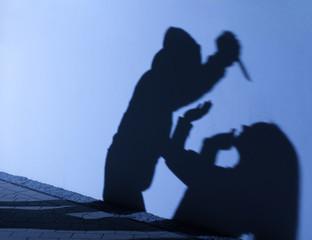 Mord beim Überfall mit Messer Angriff als Schatten Silhouette
