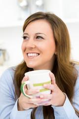 frau happy mit einer tasse kaffee