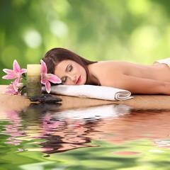 Zdrowa dziewczyna kaukaski relaks w salonie spa.