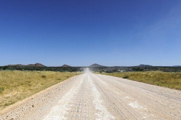 Landschaft mit gerader Strasse / Landschaft mit gerader Strasse bis zum Horizont, Namibia, Afrika.