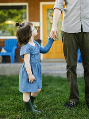 Girl with broken arm looking at father