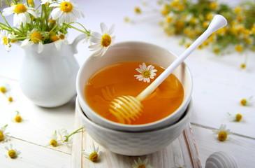 мед в керамической миске с ромашкой