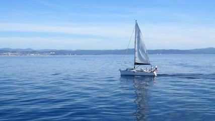 Voilier naviguant sur la Méditerranée (France)