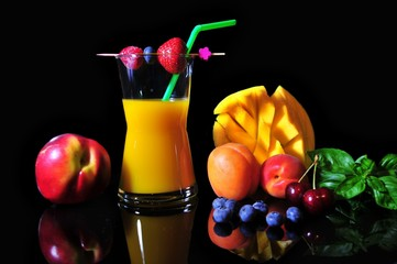 jus de mangue avec des fruits sur fond noir
