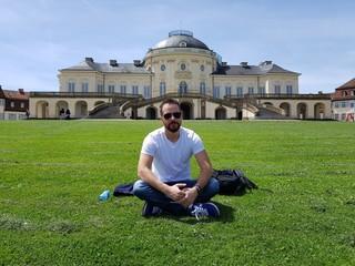 Homem sentado em frente ao palácio