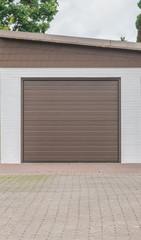 Garage mit braunem Tor