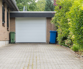 Garage mit einem weißen Rolll Tor
