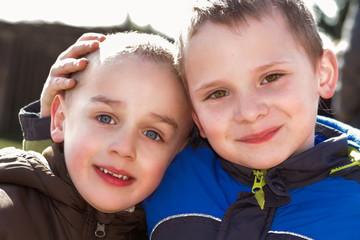 Portrait  Zwei glückliche Jungen Freundschaft