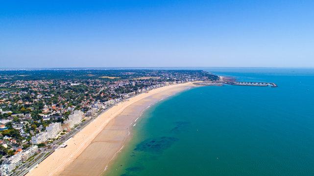 Vue aérienne de la ville de Pornichet et de sa plage, en Loire Atlantique