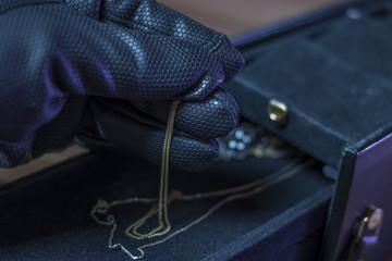 Dieb entwendet Schmuck aus einer Schatulle