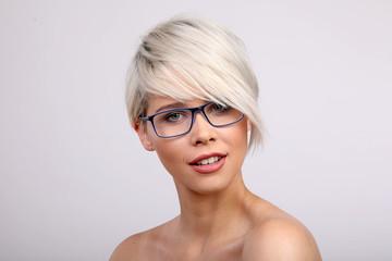 Frau Kurze Blonde Haare Kurze Haare Frisieren Tipps