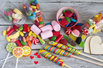 Photo sur Aluminium Confiserie Lollipops and sweet candies of various colors on wooden background