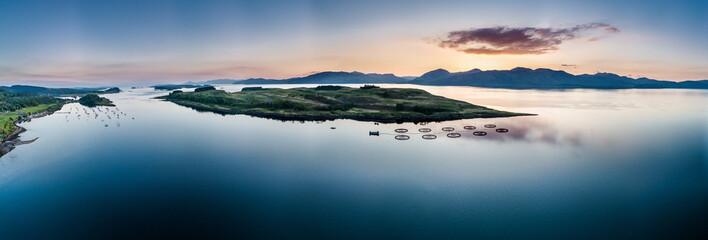 Luftaufnahme der schottischen Küste bei Appin während des Sonnenuntergangs