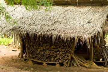 Gestapeltes Holz unter einem Dach in den Tropen