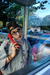 Ragazza nella cabina telefonica
