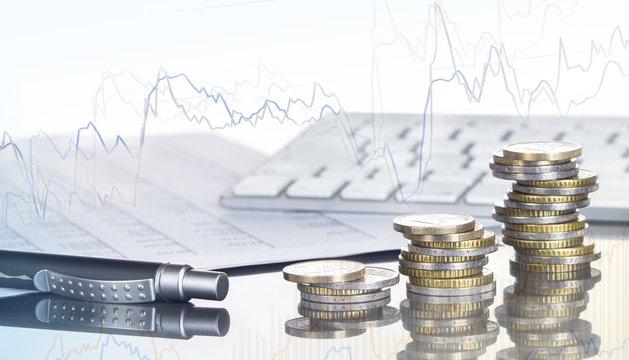 Finanzen, Spekulation, Euro, Münzstapel, Kugelschreiber, Tabellen, Tastatur, und Chart, Hintergrund