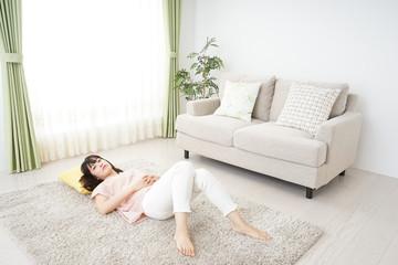 部屋で寝る若い女性