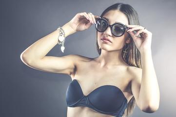 donna giovane occhiali