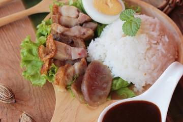 Crispy pork rice with gravy is delicious.