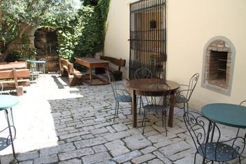 Hinterhof mit Tische