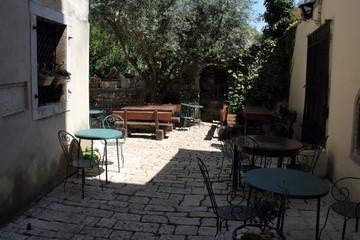 Hinterhof mit Tische und Stühle