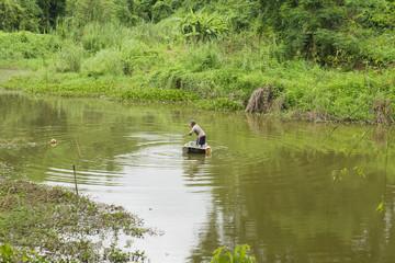 Fischen in der Badewanne im Urwald