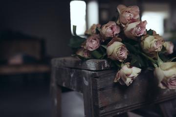 bouquet de rose rose pâle sur un escabeau de peintre