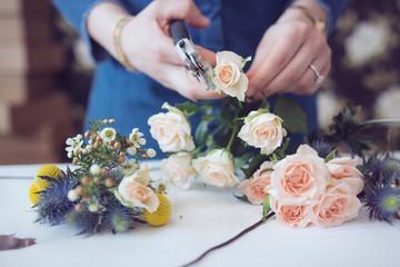 préparer un bouquet de fleurs et couper les tiges