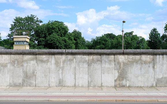 Berliner Mauer mit Wachturm