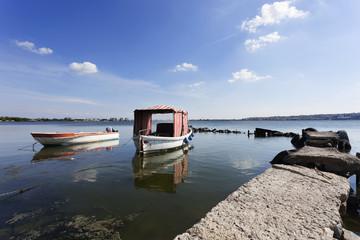 göl manzarası ve iskeledeki kayıklar