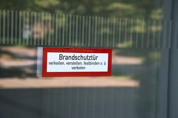 Ein Hinweis auf eine Brandschutztür
