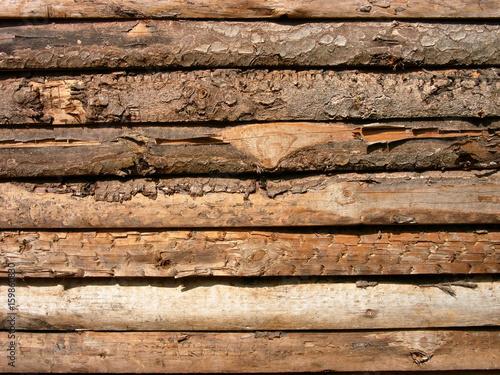 Patina Holz altes braunes holz mit blätternder baumrinde eines blockhaus mit
