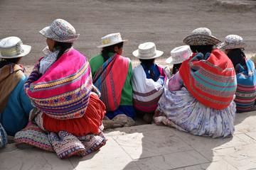 Péruviennes en costume traditionnel au marché de CVhivay au Pérou