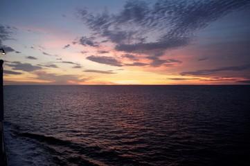 Puesta de sol atardecer en alta Mar