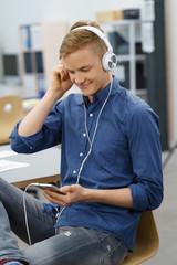 mann hört musik über sein mobiltelefon