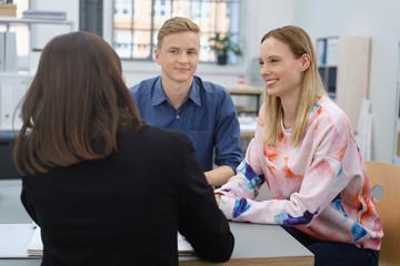 junges paar in einem beratungsgespräch